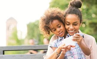 mother daughter smartphone
